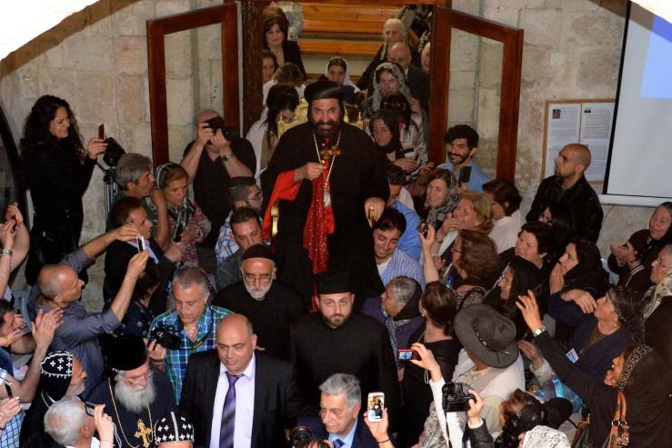 Aartsbisschop van Jeruzalem, Mar Severios Malki Murad, wordt op zijn stoel de St Markus kerk uitgedragen. Foto: © Alfred Muller