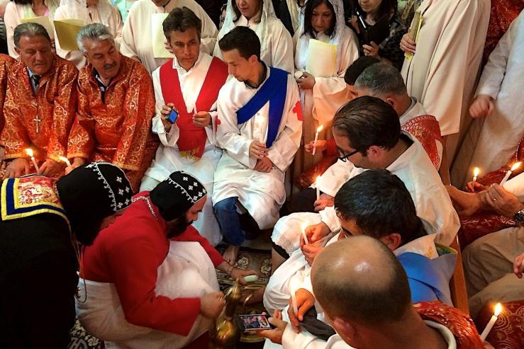 De Syrisch-orthodoxe aartsbisschop van Jeruzalem, Mar Severios Malki Murad,  wast de voeten van een aantal broeders. Foto: © Alfred Muller