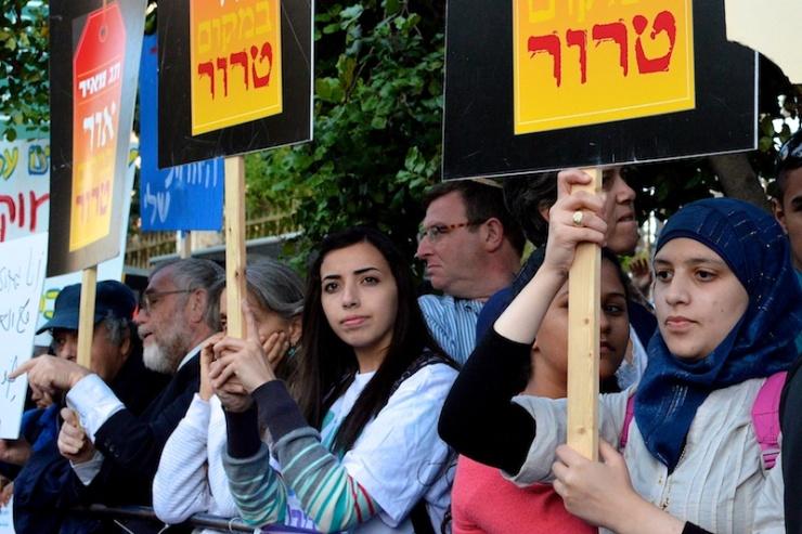 Demonstranten tegen de 'prijskaartjeaanvallen' voor het huis van premier Benjamin Netanyahu. Op de borden staat: 'Licht in plaats van terreur'. Foto: © Alfred Muller.