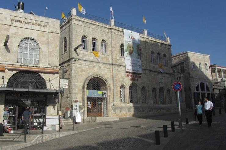 Een portret van paus Franciscus op het christelijk informatiecentrum in de Oude Stad van Jeruzalem. Foto: © Alfred Muller