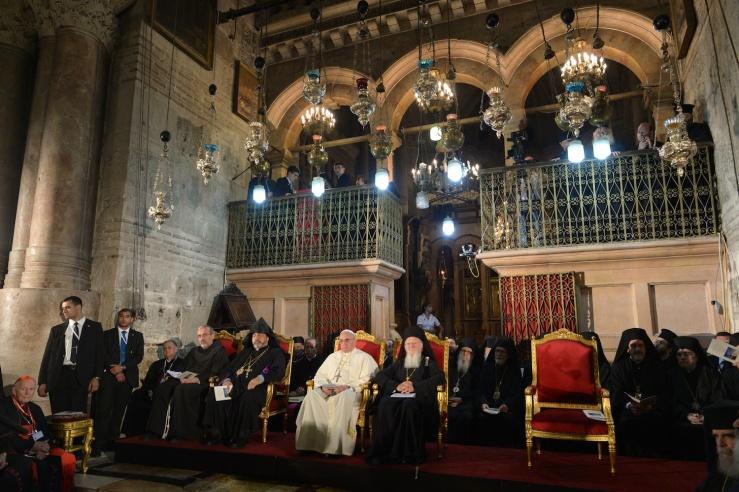 Paus Franciscus en de oecumenische patriarch Bartholomeüs in de Heilige Grafkerk. Foto: GPO.