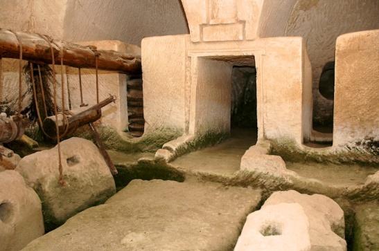 Olijfpersen in de grotten van Maresa. Foto:  © Alfred Muller