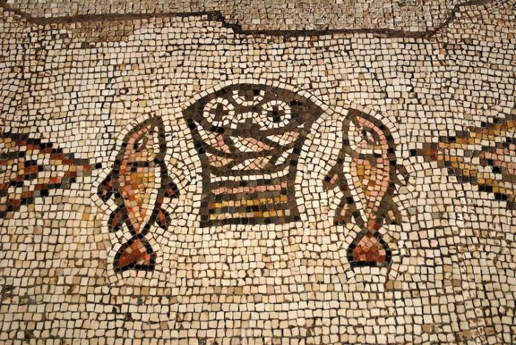 Het byzantijnse mozaïek met vissen en broden. Foto's: © Alfred Muller