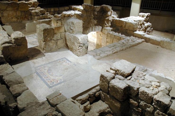 Het 'westelijke huis' in het Wohl Museum met mozaïek, een centrale ruimte (rechts) en een groot ritueel bad met gewelf (midden).