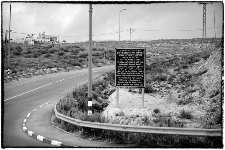 Een weg die leidt naar het A-Gebied ten zuiden van Bethlehem. Op het bord staat dat Israelische burgers daar niet heen mogen. Foto; © Alfred Muller