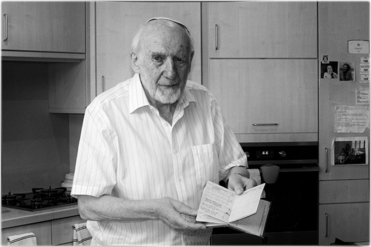 Walter Bingham toont een boekje waarin het Britse leger zijn verdiensten optekende. Foto: © Alfred Muller