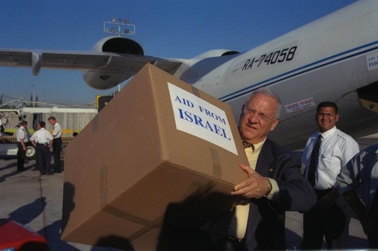 Rivlin helpt bij het laden van Israëlische hulpgoederen voor slachtoffers van een aardbeving in Afghanistan. Foto: GPO.