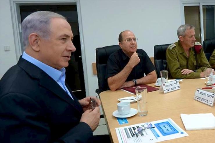 Premier Netanyahu (l.), defensieminister Ya'alon (m.) en stafchef Gantz (l.)voeren overleg. Foto: GPO.