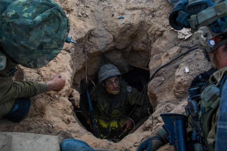Israëlische parachutisten in de Gazastrook vinden een tunnel, die is gegraven om aanslagen op Israëliërs te plegen. Foto: IDF.