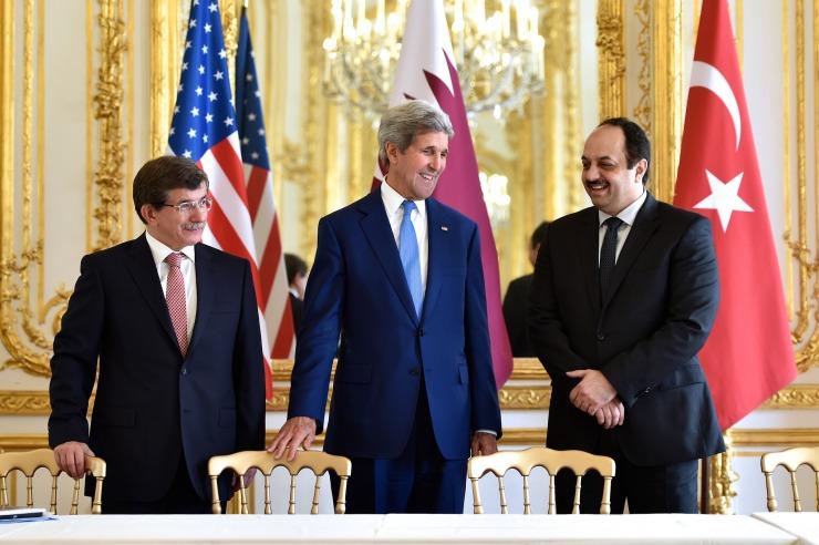 John Kerry zou een rol toe willen kennen aan de twee belangrijke supporters van Hamas, Turkije en Qatar. De Amerikaanse minister tussen zijn ambtgenoten, Ahmet Davutoglu van Turkije (l.) en Khalid Al Attiyah van Qatar, Foto: State Departent.