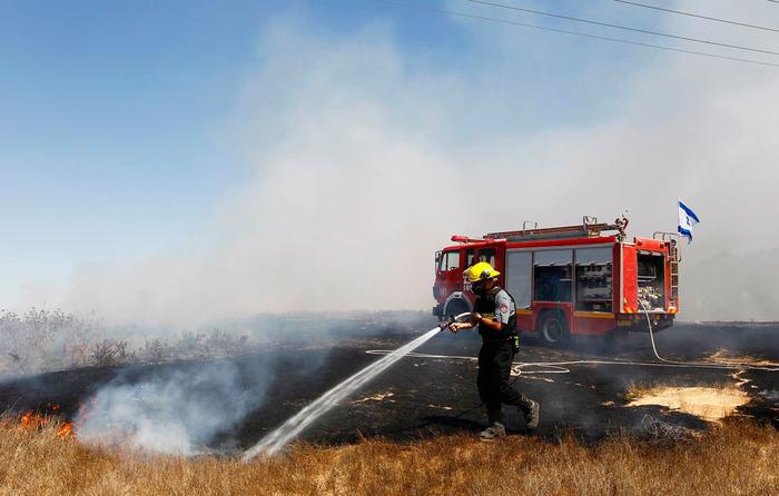 De brandweer blust een brand na de inslag van een raket uit Gaza. Foto: IDF.