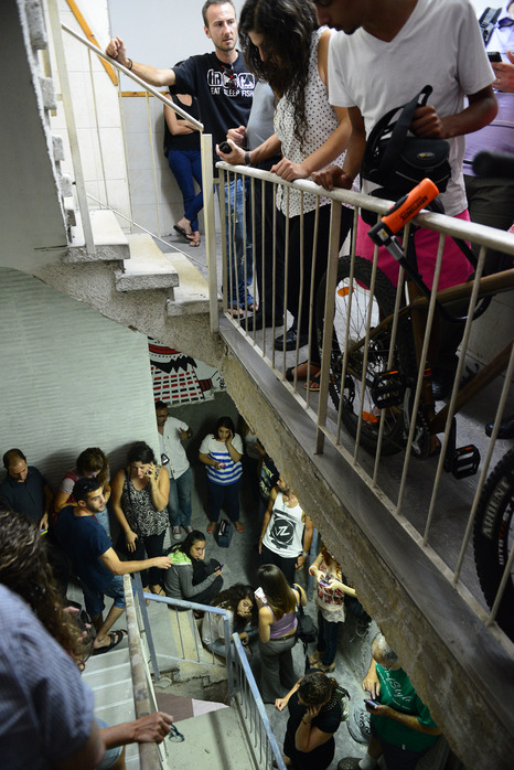 Israëliërs in een trappenhuis, in het midden van een gebouw. Foto: IDF/Protective Edge
