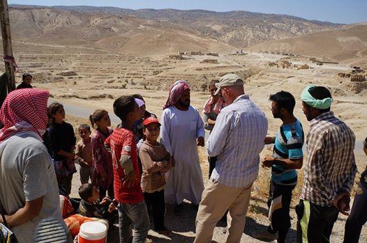 Een teamlid van USAID in gesprek over hulpverlening met Irakezen uit Sinjar. foto: USAID