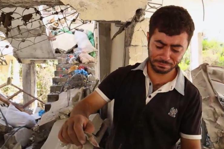 Antoine Ayyad in het verwoeste huis van zijn ouders. Foto: YouTube/CBN News.