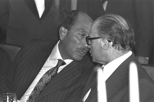 Gelukkig deed zich na de oorlog van 1973 een positieve ontwikkeling voor. President Sadat van Egypte (l.) kwam innovember 1977 op bezoek in Israël. Hier is hij in gesprek met premier Menachem Begin van Israël7. Foto: GPO.