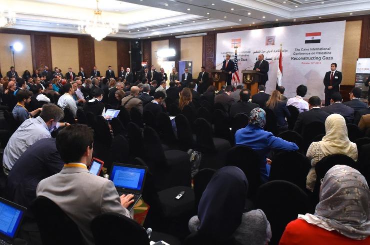 De Egyptische minister van buitenlandse Zaken Sameh Shoukry en zijn Amerikaanse ambtgenoot John Kerry bij de donorconferentie voor Gaza die op 12 oktober in Cairo door Egypte en Noorwegen werd georganiseerd. Foto: State Department