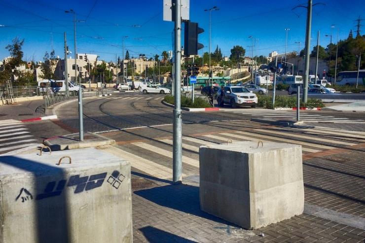 JERUZALEM - Op de perrons van de tram in zijn vorige week betonnen blokken geplaatst om te voorkomen dat terroristen op wachtende passagiers inrijden. Foto; Alfred Muller