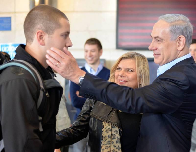 Premier Benjamin Netanyahu en zijn vrouw Sara brachten maandag hun zoon Avner naar het leger. Foto: GPO.