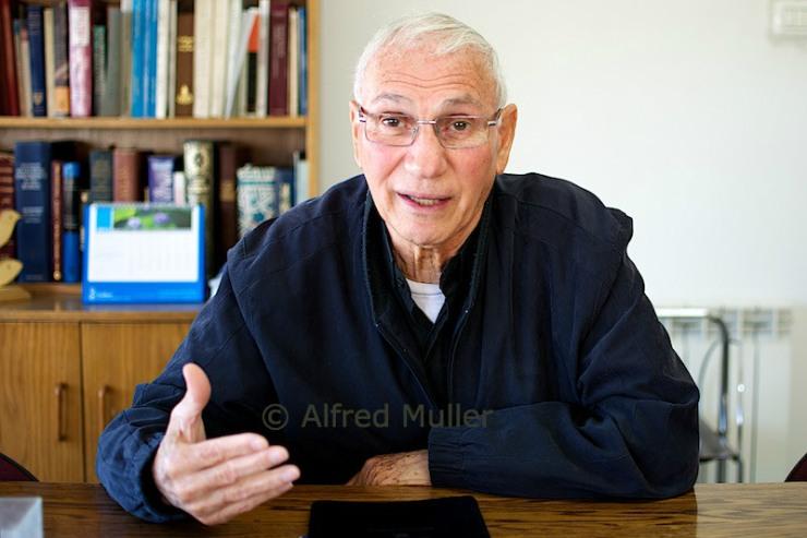 Dr. Nim Ateek in zijn kantoor in Jeruzalem. Foto: Alfred Muller