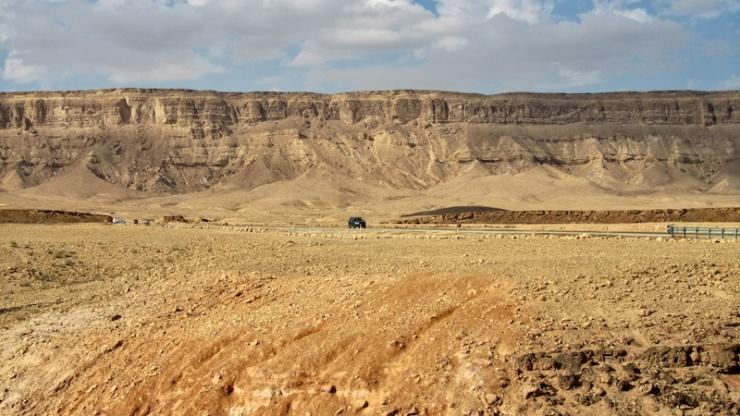 De 300 kilometer lange Route 40 van Noord- naar Zuid-Israël doorsnijdt ook de Ramonkrater. © Alfred Muller