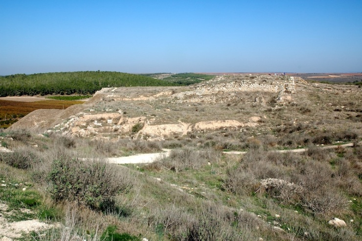 Op de tel met op de achtergrond de overblijfselen van een groot paleis.
