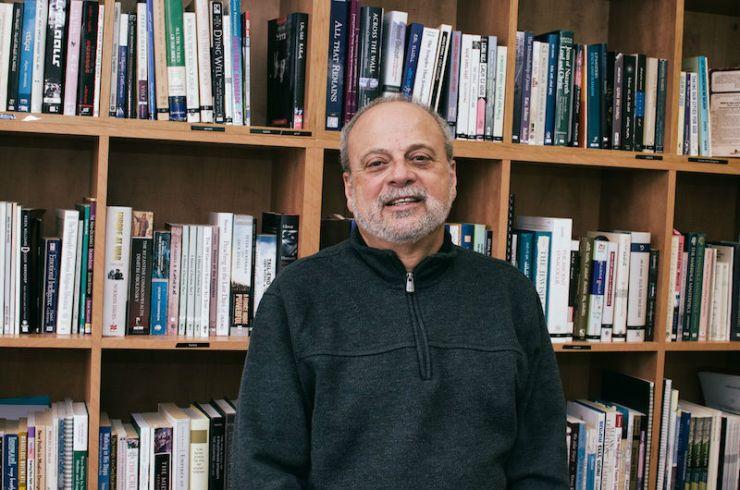 Dr. Salim Munayer in het kantoor van Musalaha in Jeruzalem. Foto: © Alfred Muller