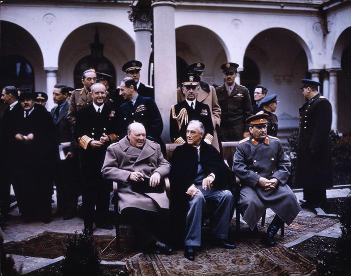 Churchill, Roosevelt en Stalin voor een conferentie bijeen in Jalta op de Krim in februari 1945. Foto: Brits fotoarchief.