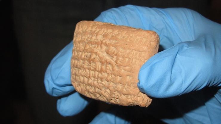 Een van de kleitabletten met spijkerschrift in de Akkadische taal uit het Al-Yahudu archief. Foto: © Alfred Muller