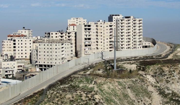 Flatgebouwen achter de scheidingsbarrière en binnen de gemeentegrenzen van Jeruzalem '… gevaarlijke gebouwen die heel dicht bij elkaar staan …' Foto: © Alfred Muller