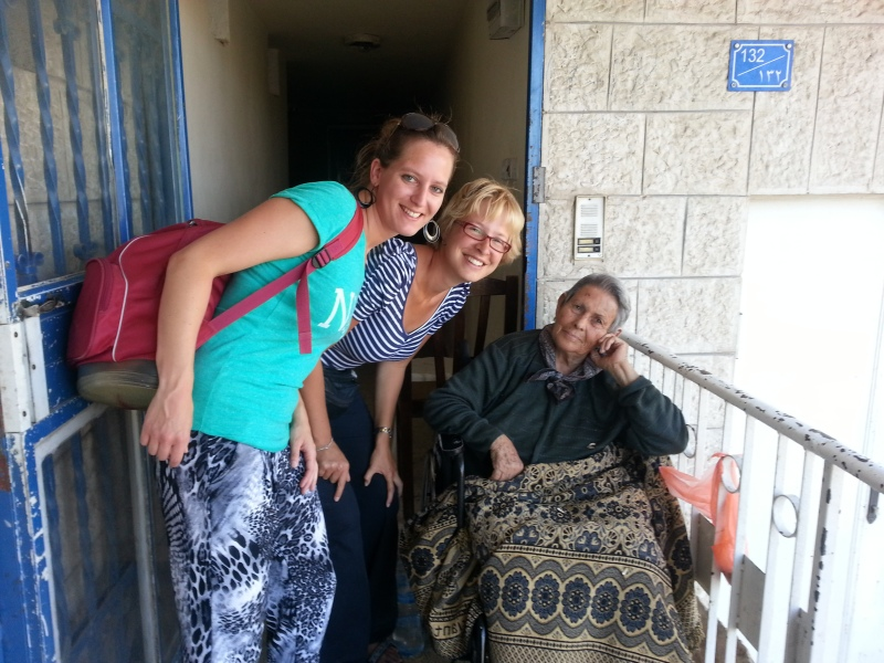 Vanja en Natalie bezoeken een dame in  Jeruzalem. Foto: NEM.