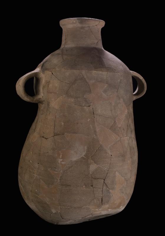 De pot  is misvormd door de enorme hitte die ontstaan is tijdens de verwoesting van Jeruzalem in het jaar 587 voor Chr.  Foto: Moshe Caine. Met dank aan: Israelische Oudheidkundige Dienst.