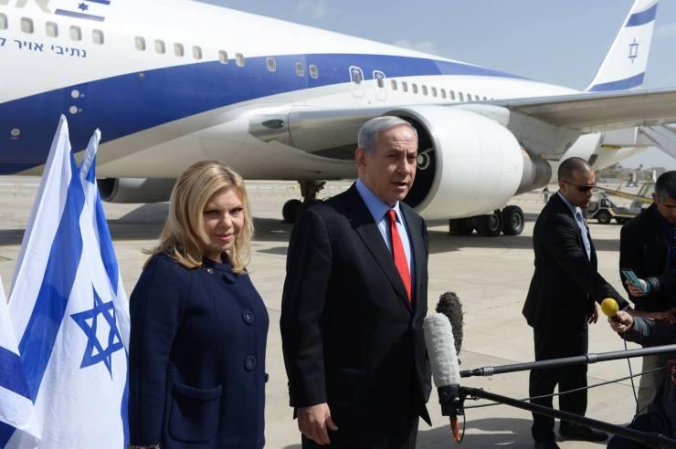 Premier Benjamin Netanyahu en zijn vrouw sara bij hun vertrek naar de Verenigde Staten gisteren. Foto: GPO.