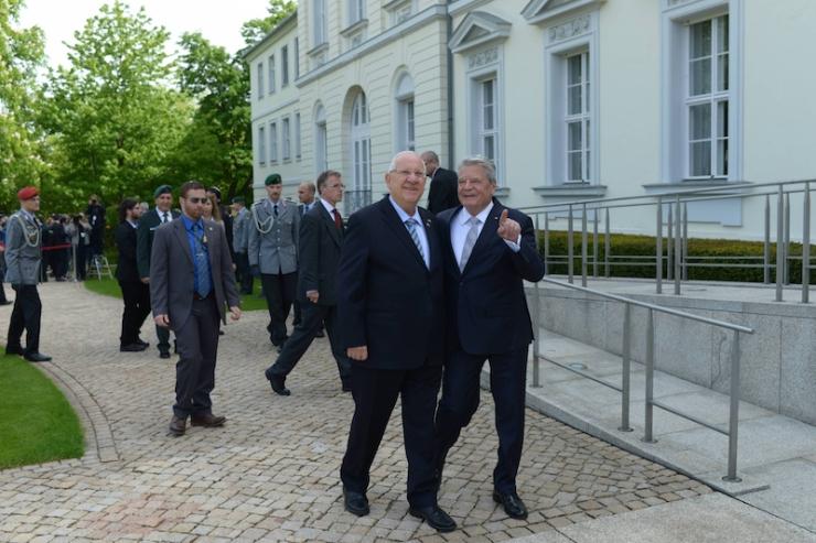 President Reuven Rivlin (l) en zijn Duitse ambtgenoot Joachim Gauck op paleis Bellevue in Berlijn. Foto: GPO.