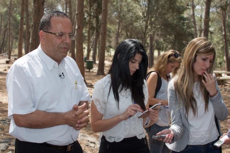 Knessetlid en minister voor Regionale Samenwerking. Ayoub Kara, staat de pers te woord. Foto's: © Alfred Muller