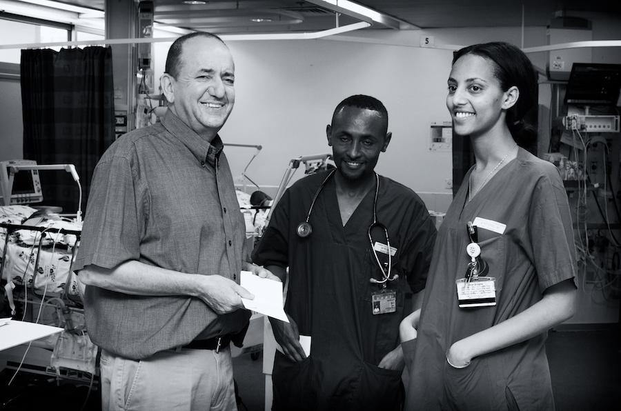 Dr. Sion Houri (l.) op de Intensive Care Unit met dr. Habtamu Sime Gizaw uit Ethiopië (m.) en de Israëlische verpleegkundige Yael Pkadia.