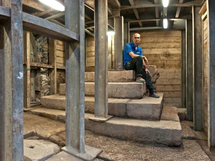 """Dr. Joe Uziel, mededirecteur van de opgraving in de Stad van David, op het bouwwerk uit de Tweede Tempelperiode. """"Mogelijk was het een soort monumentaal podium bedoeld om de aandacht van het publiek te trekken op de weg naar de tempel."""" beeld Shai Halevy, Israëlische Oudheidkundige Dienst."""