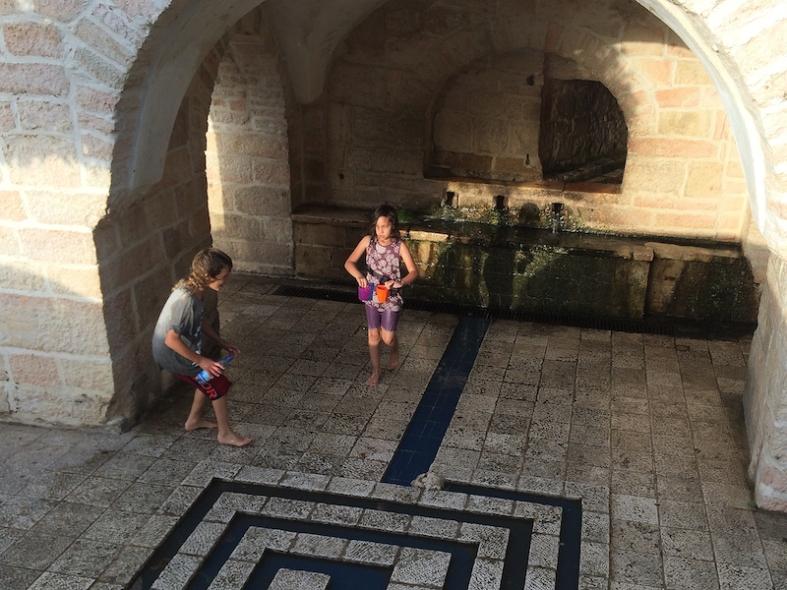 Kinderen spelen bij de Mariabron.