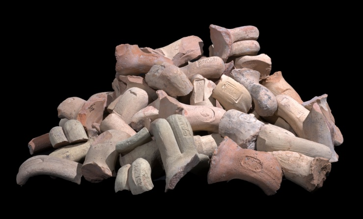 Overblijfselen van wijnvaten die gebruikt werden door de bewoners van de citadel. Foto: Clara Amit - Israëlische Oudheidkundige Dienst.