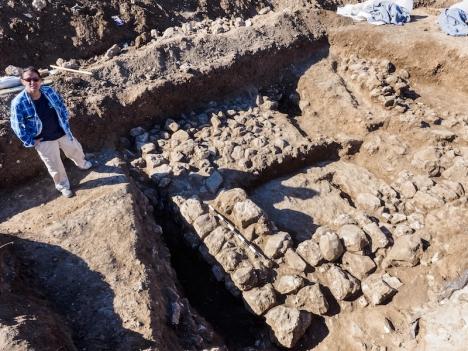De directeur van de opgraving in Jeruzalem, Ronit Lupo van de Israëlische Oudheidkundige Dienst, naast de overblijfselen van het oude huis. Foto: Assaf Peretz, Israëlische Oudheidkundige Dienst