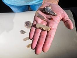 Een gepolijste bijl, stukken steen en kraal van edelsteen. Foto: Assaf Peretz, Israëlische Oudheidkundige Dienst