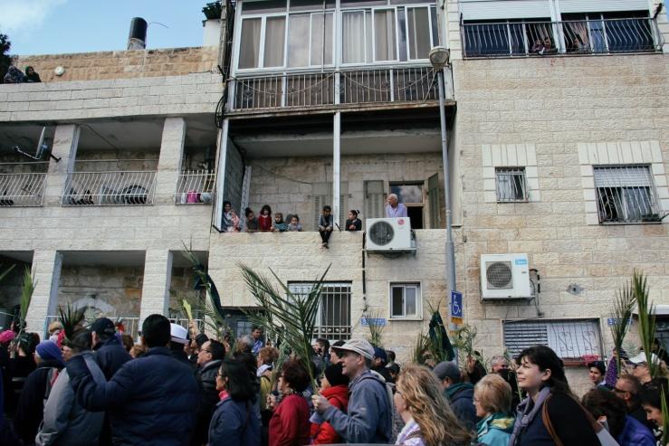 Palmesondag 20.3.2016 (Foto Vidar  Norberg) tilskuere på balkongen