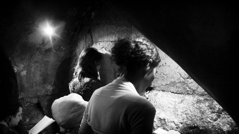 Joodse vrouwen bidden in een tunnel die langs de Westelijke Tempelmuur loopt, dicht bij het gedeelte waar het Heilige der Heilige vermoedelijk was. © Alfred Muller