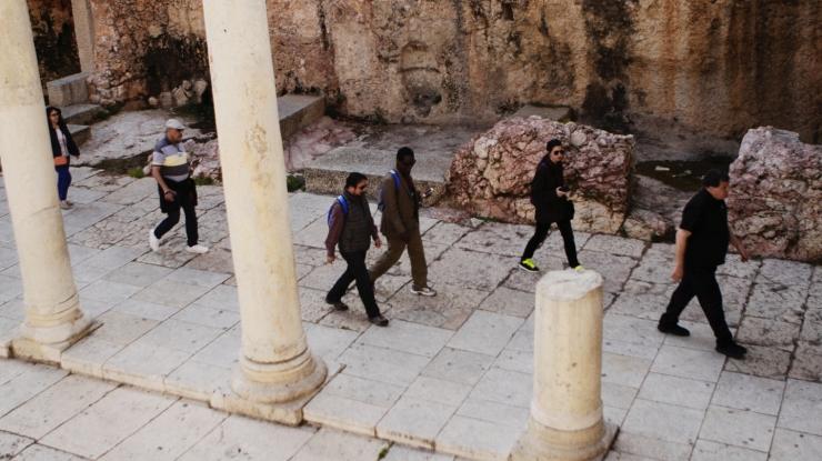2 Ds. David Pileggi loopt in Jeruzalems Cardo voor de deelnemers uit van de At the Crossroads Conferentie. Foto Carino Casas (1).jpg
