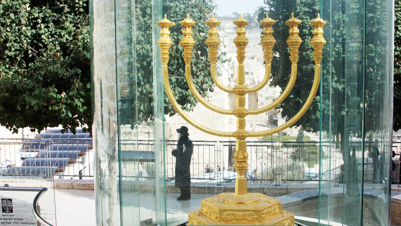De menora van het Tempelinstituut in de Oude Stad van Jeruzalem, in de buurt van de Tempelberg. Foto: Alfred Muller   Preparations for the Third Temple