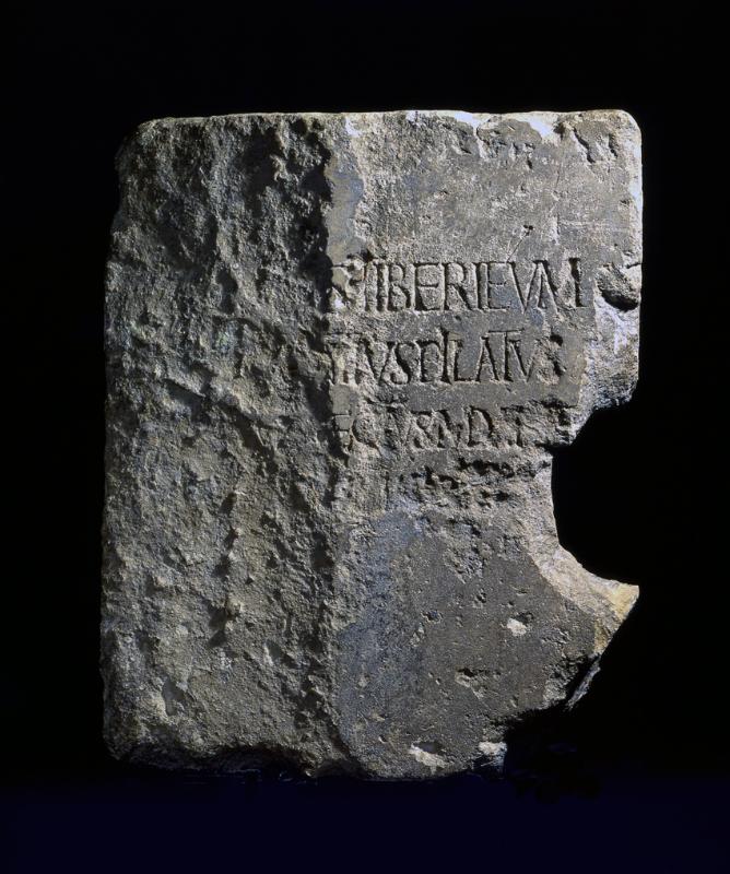 12 Inschrift met de woorden Pontius Pilatus, uit Caesarea, eerste eeuw. Pontius Pilate Inscription, Caesarea, 26-36 CE