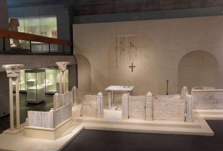 13 Reconstructie van een koor van een Byzantijnse kerk uit de zesde eeuw. Reconstruction of a church bema (presbytery), 6th century CE#7