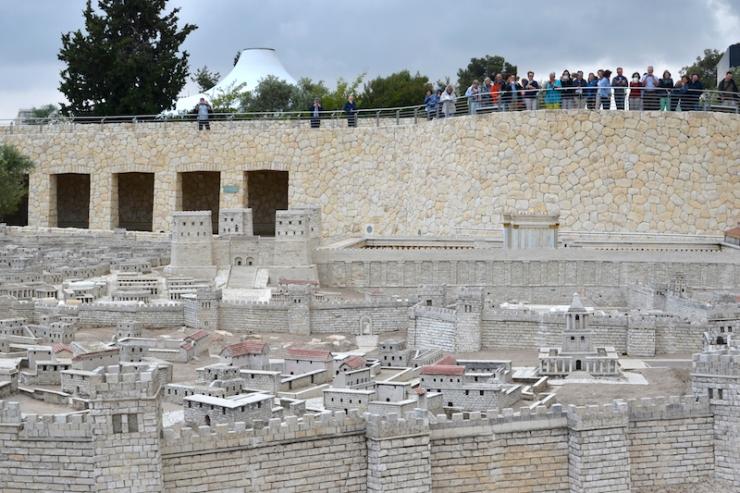 3 oeristen bekijken het model van Jeruzalem in het jaar 66 A.D. Op de achtergrond de Shrine of the Books
