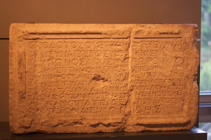 7 Gedenksteen van de Theodokos synagoge. Foto: Alfred Muller
