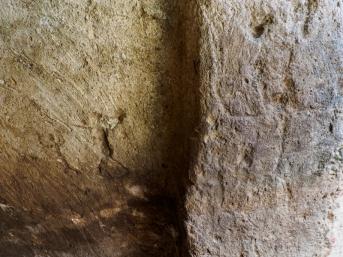 Afbeelding van een menselijk figuur in een muur. Foto: Assaf Peretz, IAA