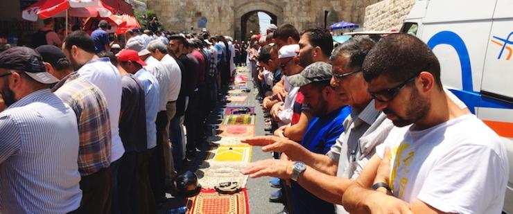 Biddende moslims bij de Leeuwenpoort. Foto: Alfred Muller
